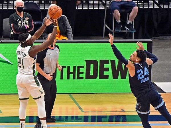 Tembakan Jrue Holiday menentukan kemenangan Milwaukee Bucks. (I,ages: Getty)