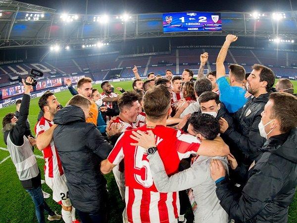 Para pemain Athletic Bilbao sedang melakukan selebrasi.