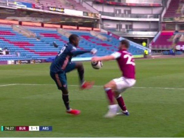 Arsenal tak mendapat penalti melawan Burnley
