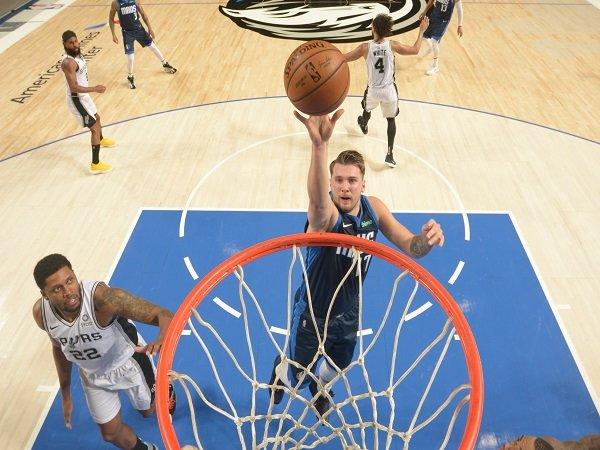 San Antonio Spurs harus menyerah di markas Dallas Mavericks.