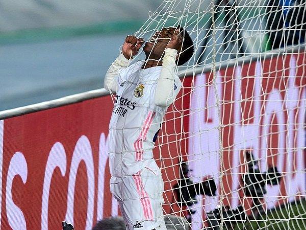 Vinicius Junior gagal menyelesaikan aksi solonya yang apik untuk mencetak gol bagi Real Madrid.