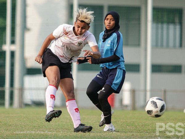 Laga uji coba timnas wanita Indonesia kontra tim Bina Sentra Cirebon Putri