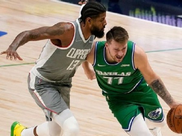Bintang Dallas Mavericks, Luka Doncic saat dijaga Los Angeles Clippers.