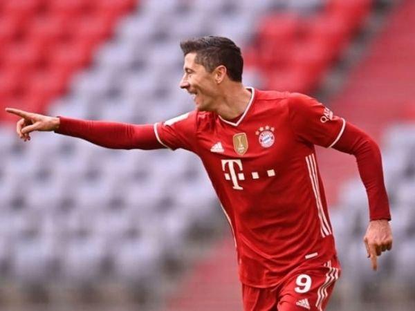 Robert Lewandowski saat merayakan salah satu golnya yang membantu kemenangan Bayern Munich dengan skor 4-0 atas Stuttgart