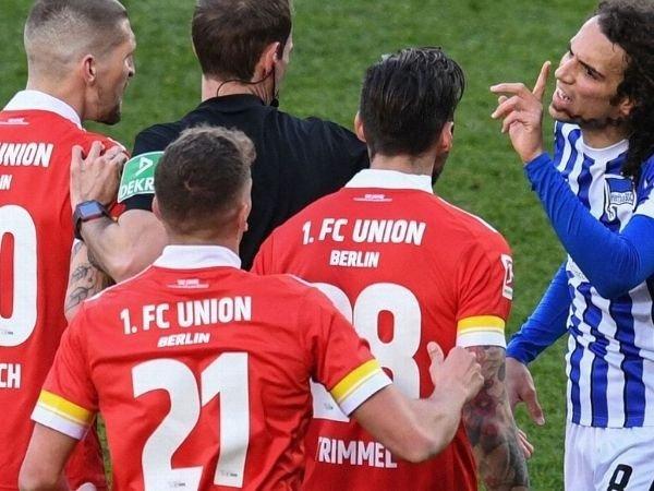 Salah satu momen dalam Derby Berlin jilid kedua musim ini yang berakhir imbang 1-1.