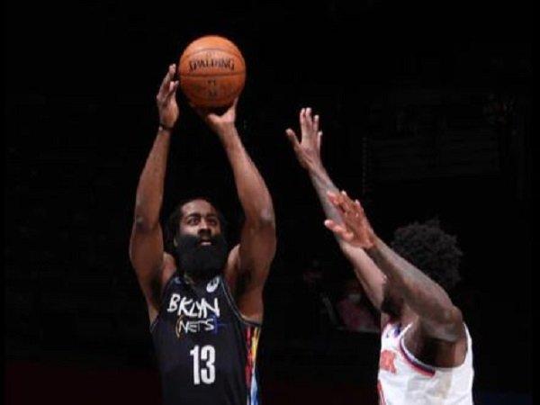 James Harden kembali alami cedera saat melawan New York Knicks. (Images: Getty)