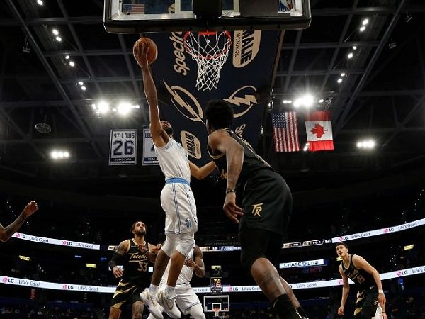 Pemain muda Los Angeles Lakers, Talen Horton-Tucker berusaha mencetak poin saat melawan Toronto Raptors. (Images: Getty)