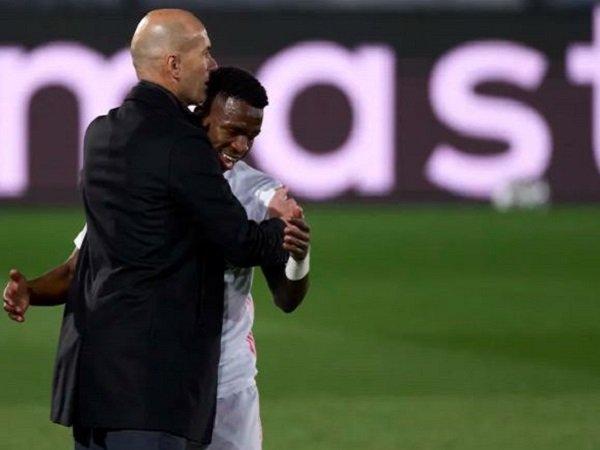 Pelatih Real Madrid, Zinedine Zidane bersama Vinicius Junior. (Images: Getty)