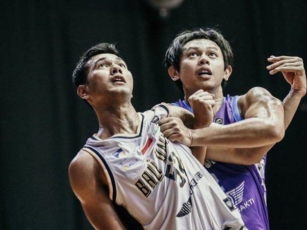 Pemain Bali United Basketball, Surliyadin ketika bertarung melawan Amartha Hangtuah. (Images: IBL)