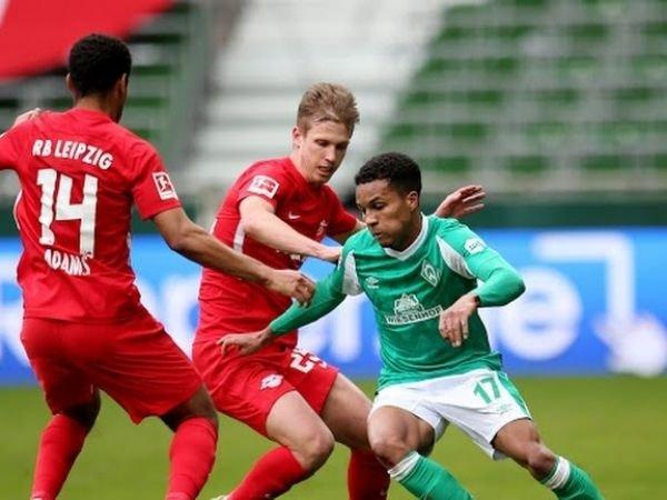 Pemain Bremen Felix Agu saat dikawal oleh Dani Olmo dan Tyler Adams dalam laga yang dimenangkan Liepzig dengan skor 1-4