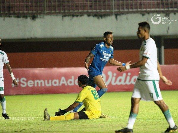 Striker Persib, Wander Luiz ketika merayakan gol