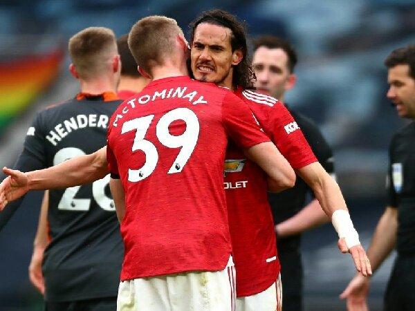 Gary Neville meyakini bahwa striker muda MU masih butuh Edinson Cavani untuk semusim lagi.