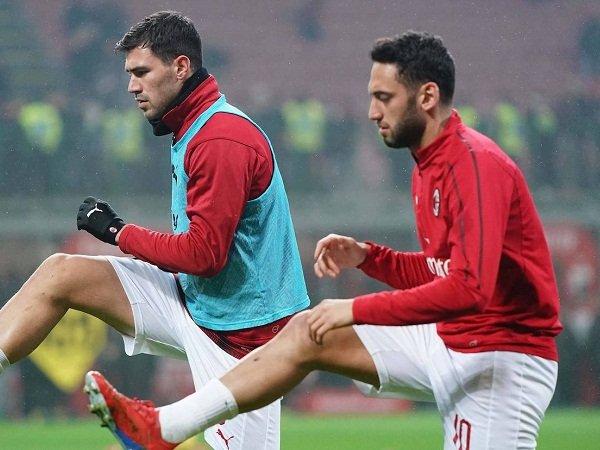 Duo Milan Alessio Romagnoli dan Hakan Calhanoglu