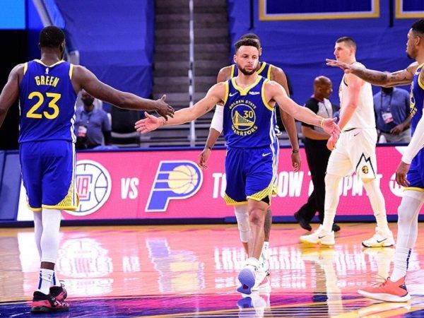 Point guard andalan Golden State Warriors, Stephen Curry saat melawan Denver Nuggets.