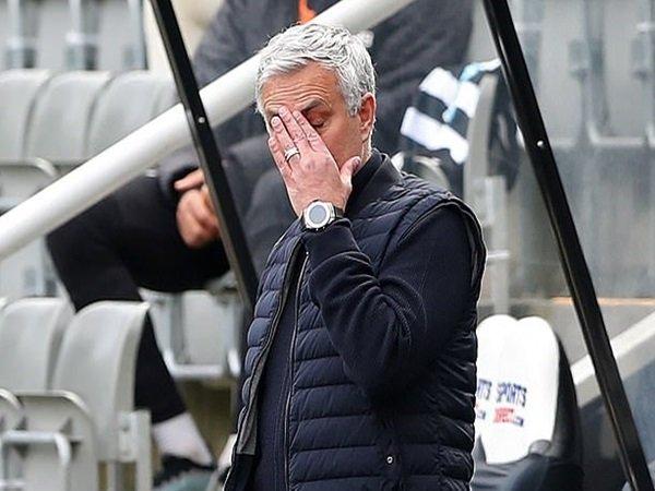 Sarri jadi kandidat pengganti Mourinho