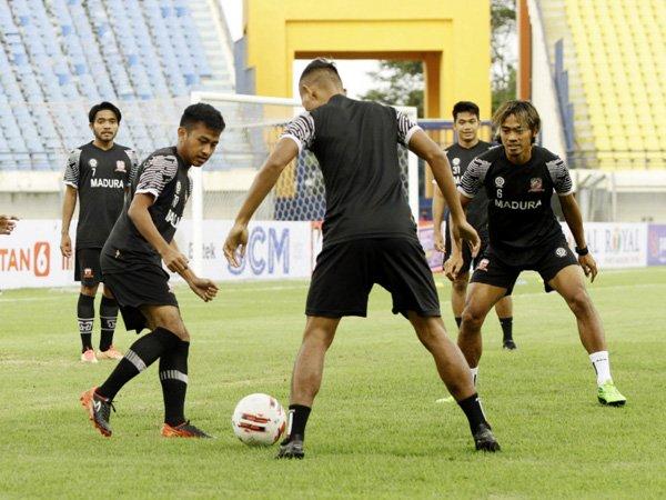 Latihan skuat Madura United sebelum tim diliburkan, beberapa waktu lalu