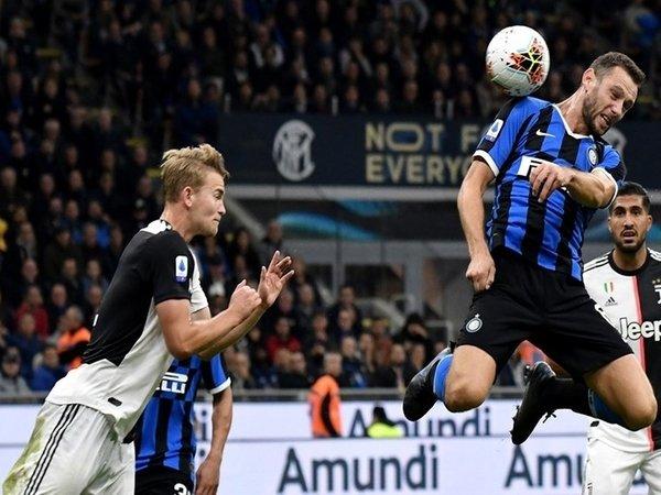 Matthijs De Ligt dan Stefan De Vrij melakukan duel udara saat Juventus berjumpa Inter Milan di ajang Serie A musim lalu / via Getty Images