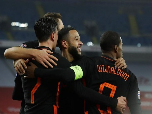 Memphis Depay (tengah), dilaporkan menjadi buruan utama AC Milan di bursa transfer musim panas esok / via Getty Images