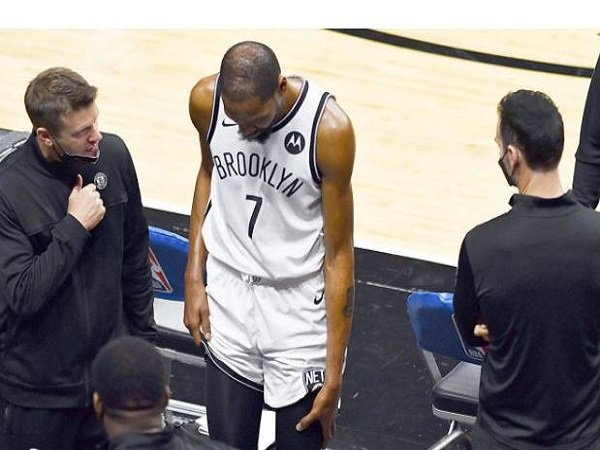 Bintang Brooklyn Nets, Kevin Durant harus meninggalkan lapangan karena cedera. (Images: Getty)