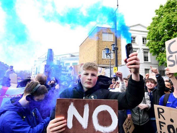 Fans Chelsea protes di luar Stamford Bridge soal European Super League