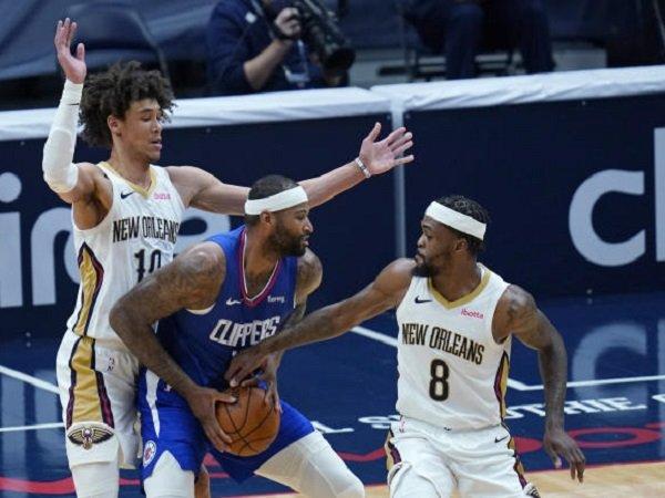 DeMarcus Cousins heran dijaga ketat oleh para pemain Pelicans.