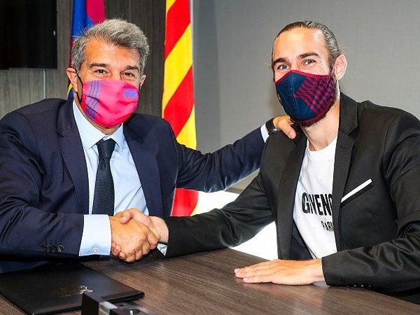 Barcelona resmi memperpanjang kontrak Oscar Mingueza.