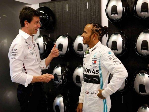 Mercedes tak akan tunda pembicaraan kontrak baru dengan Lewis Hamilton.