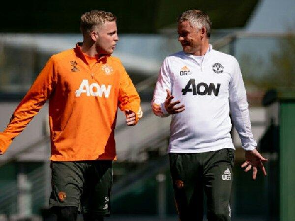 Manchester United menolak menjual Donny van de Beek di mudim panas