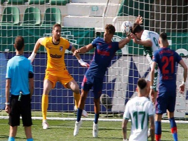 Atletico Madrid meradang karena handball Trippier