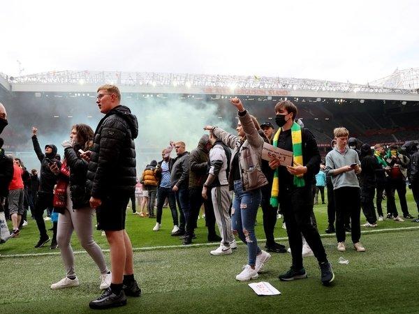Peter Schmeichel mengecam aksi para fans Manchester United yang melakukan invasi ke Stadion Old Trafford (2/5) / via Evening Standard