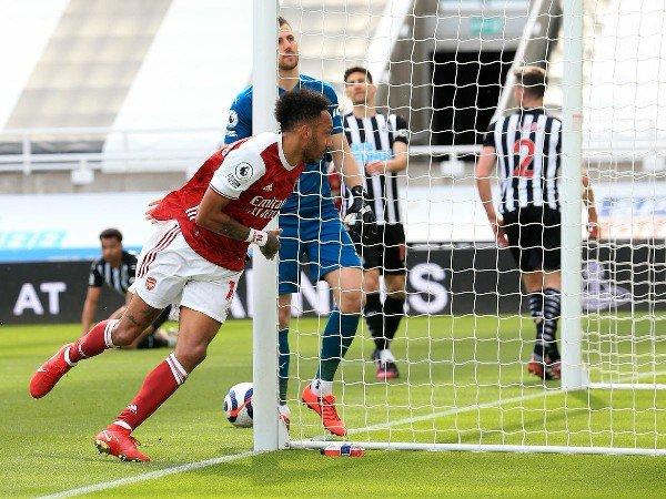 Pierre-Emerick Aubameyang mencetak gol untuk Arsenal
