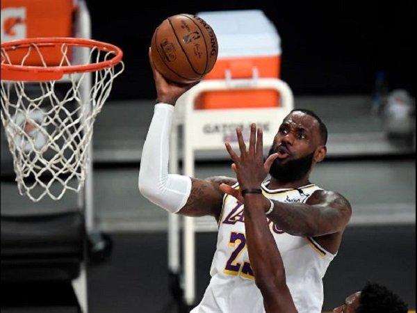 Bintang Los Angeles Lakers, LeBron James saat melawan Toronto Raptors.(Images: Getty)
