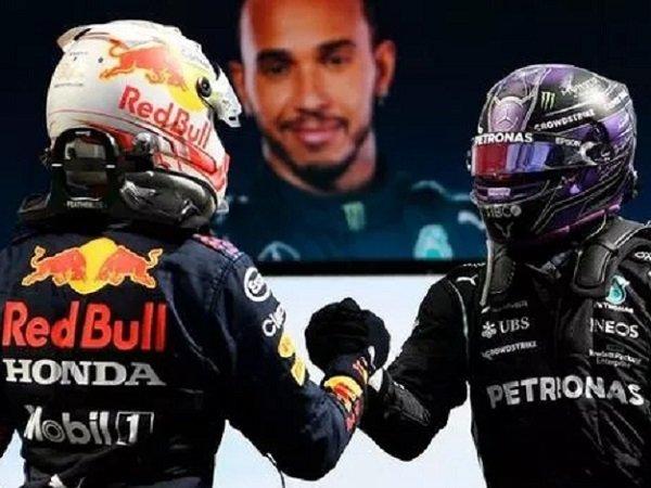 Max Verstappen memberikan selamat kepada Lewis Hamilton. (Images: Getty)