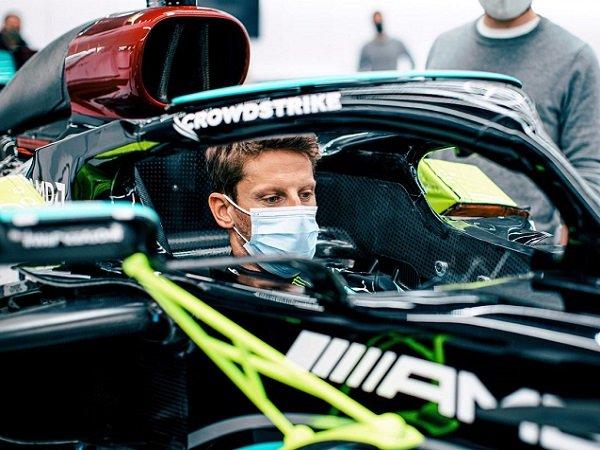 Romain Grosjean ketika berada di balik kemudi mobil Mercedes.