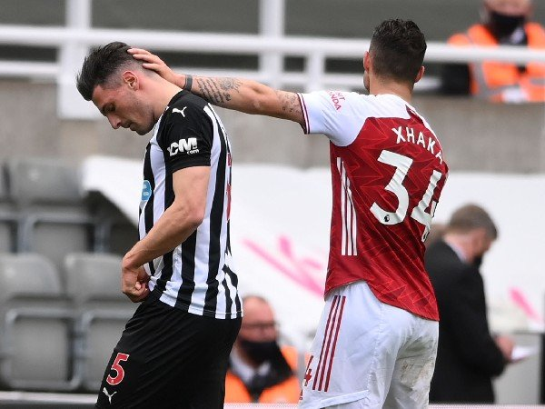 Banding Newcastle United untuk Kartu Merah Fabian Schar Ditolak!