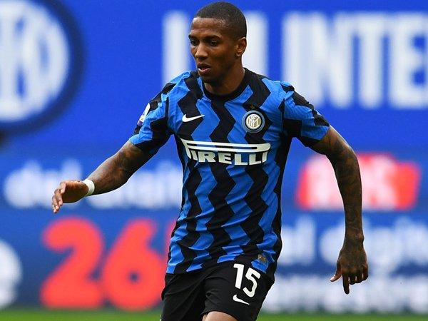 Bek sayap Inter Milan, Ashley Young.