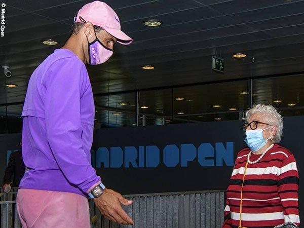 Meski gagal di perempatfinal Madrid Open, Rafael Nadal [kiri] dengan senang hati bertemu salah satu penggemar beratnya