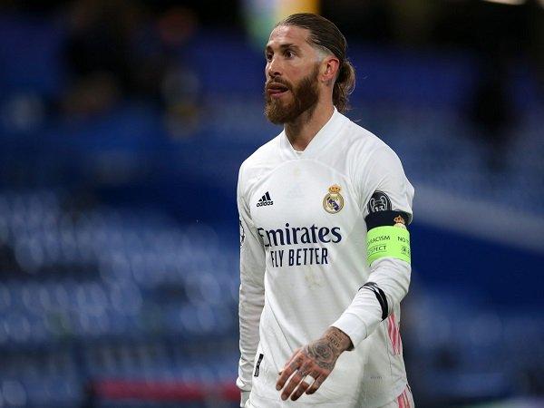 Sergio Ramos alami cedera lagi dan absen kontra Sevilla.