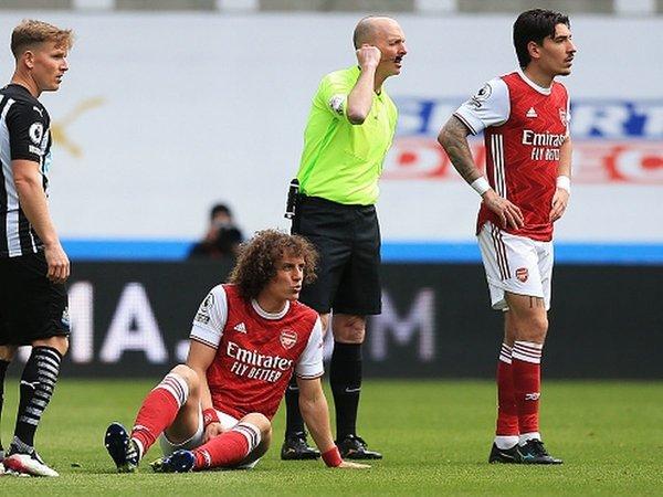 David Luiz dan Hector Bellerin dilaporkan menjadi dua dari lima nama yang bakal dilepas oleh Arsenal pada bursa transfer musim panas esok / via Getty Images