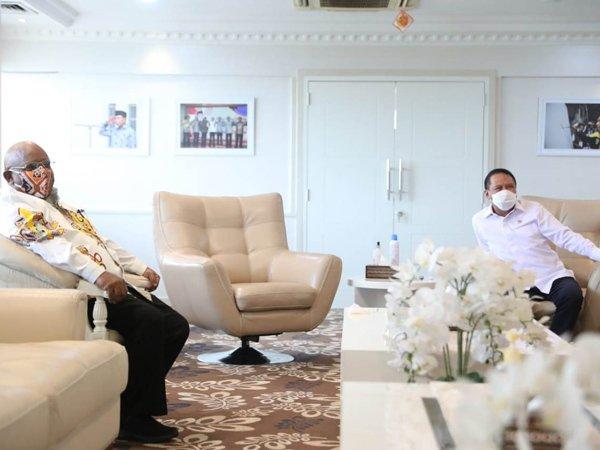 Wakil Gubernur Papua, Klemen Tinal saat menemui Menpora Zainudin Amali untuk membicarakan PON
