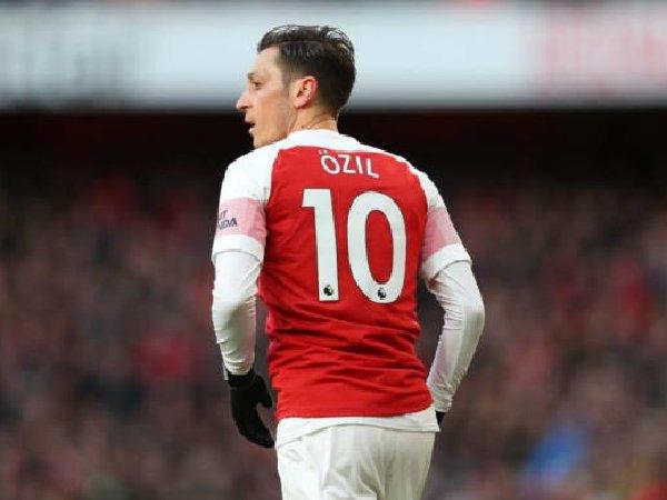 Dua pemain sedang memperebutkan nomor punggung 10 di Arsenal