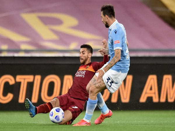 Palang pintu Lazio yaitu Francesco Acerbi, berusaha menutup pergerakan Lorenzo Pellegrini saat timnya keok 0-2 dari AS Roma dini hari tadi (16/5) / via Getty Images