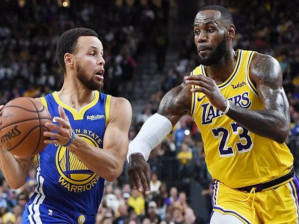 LeBron James saat melawan Stephen Curry.