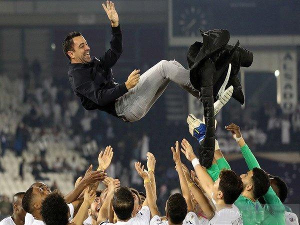 Xavi Hernandez dilempar ke udara oleh para pemainnya usai mengantarkan Al-Sadd menjuarai Liga Qatar musim ini / via Reuters