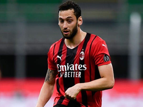 Liverpool Adakan Pembicaraan dengan Gelandang AC Milan, Hakan Calhanoglu
