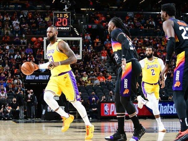 LeBron James saat menghadapi Phoenix Suns. (Images: Getty)