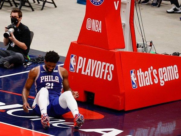 Philadelphia 76ers doakan Joel Embiid agar tak alami cedera parah.