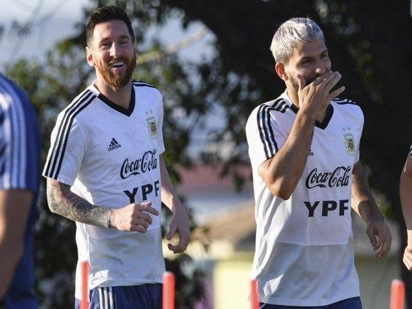 Sergio Aguero tak berani menjamin bahwa Lionel Messi bakal bertahan di Barcelona musim depan / via AFP
