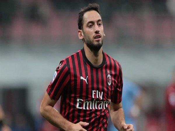 Hakan Calhanoglu diberi ultimatum oleh AC Milan untuk segera menentukan masa depannya / via