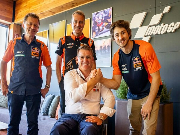 Direktur KTM Motorsport, Pit Beirer bersalaman dengan Remy Gardner